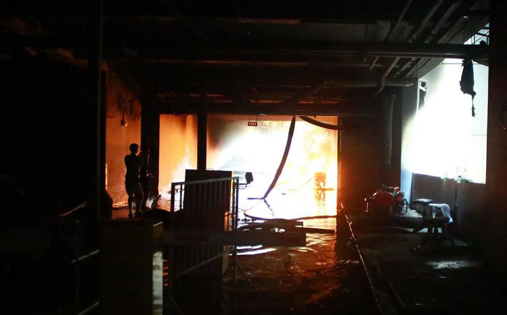 Cháy chung cư 13 người chết: Lửa lại bùng phát, dân bỏ chạy
