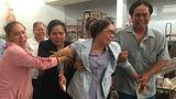 Cháy chung cư Carina Plaza: Bố mẹ ngã quỵ nhận thi thể nữ chủ tịch phường