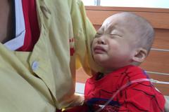 Bé trai 18 tháng tuổi nguy cơ mù cả hai mắt