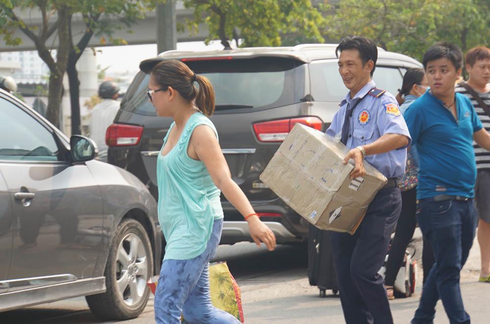 Lũ lượt khuân hành lý rời chung cư Carina Plaza