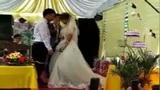 Chú rể phải hôn lại cô dâu 3 lần trong 1 đám cưới bởi hành động lạ kỳ