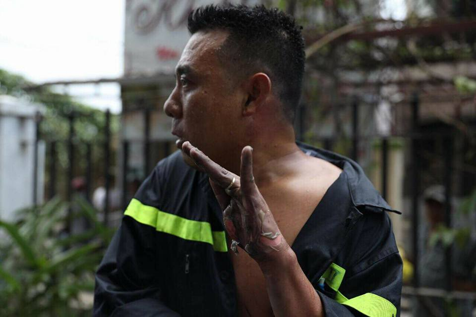 Lính cứu hỏa mắt đỏ hoe kể lại phút giải cứu hàng trăm người