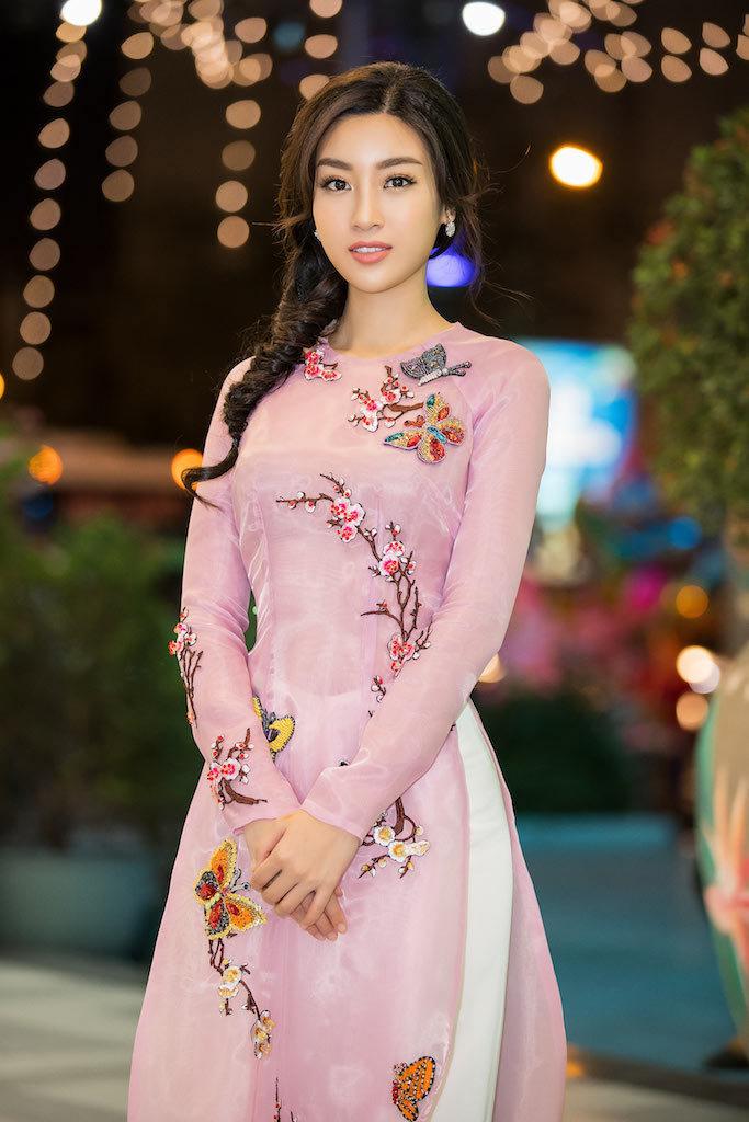 Hoa hậu Mỹ Linh đẹp không tì vết với áo dài
