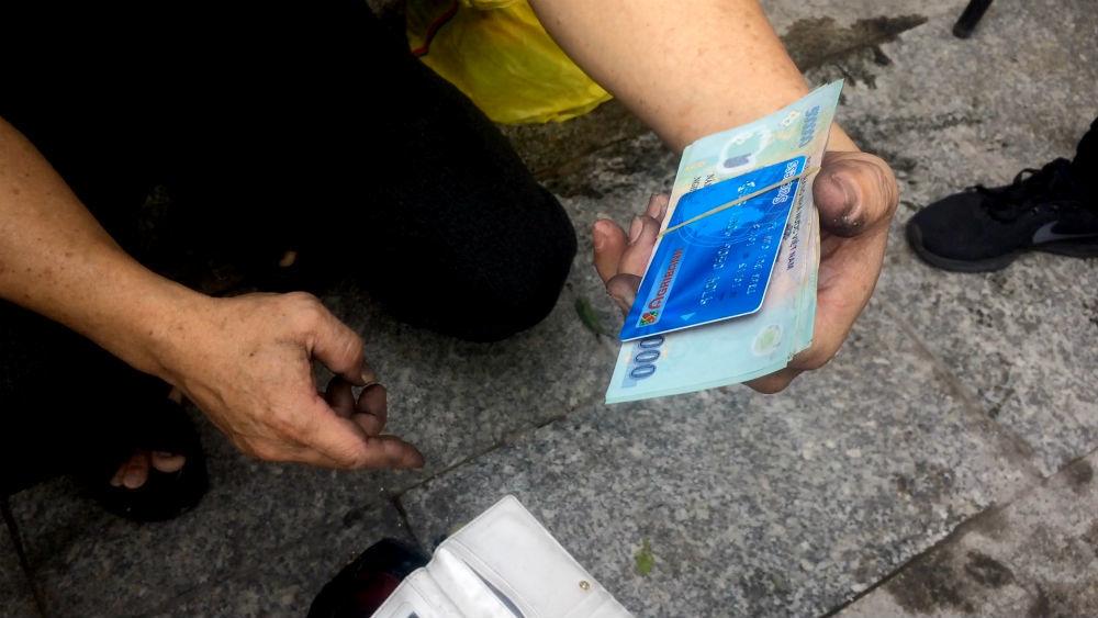 Túi xách chứa tiền của nạn nhân tử vong vụ cháy chung cư Carina Plaza