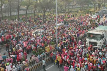 Quốc lộ ở Đồng Nai tê liệt vì hàng nghìn công nhân đình công