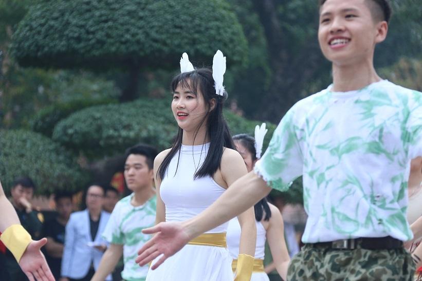 Nữ sinh An ninh rạng ngời trong điệu nhảy dân vũ