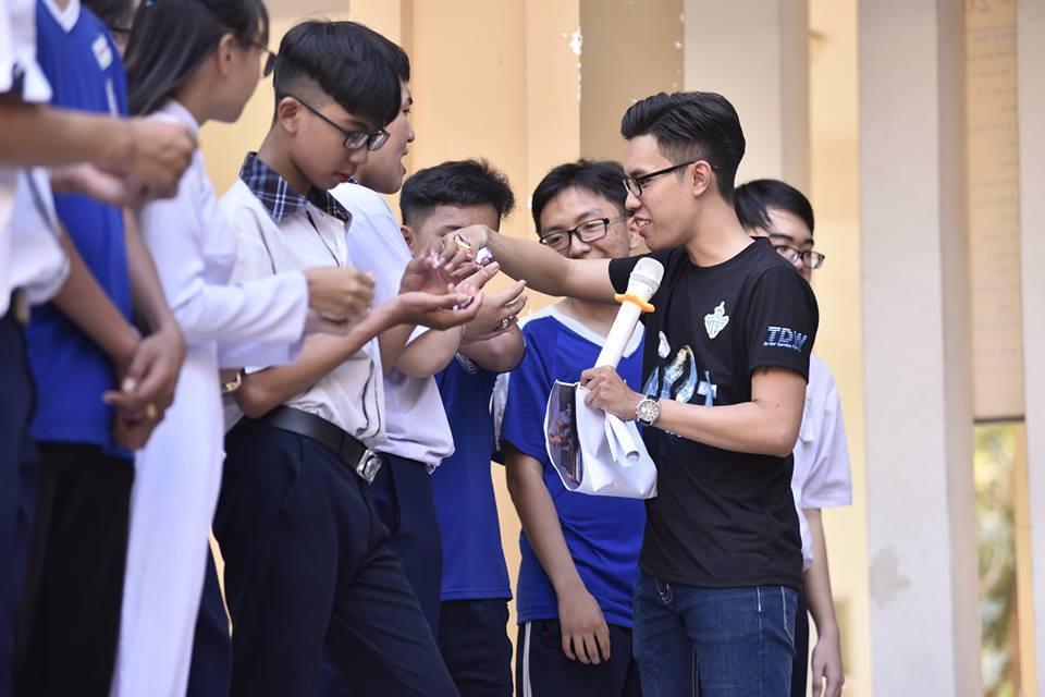 Giới trẻ hưởng ứng Giờ Trái đất 2018