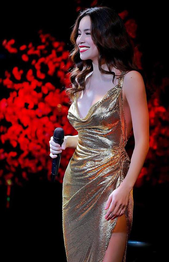 Hà Hồ, Ngọc Trinh sexy với váy xẻ ngực sâu hút