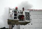 Cháy lớn quán karaoke: Cắt tường để tiếp cận hiện trường