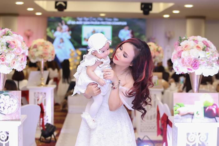 Diễn viên Hoàng Yến hạnh phúc bên chồng thứ 4 trong ngày sinh nhật
