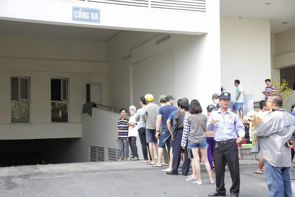 Cháy chung cư Carina Plaza: Xếp hàng xuống hầm lấy ô tô, xe máy