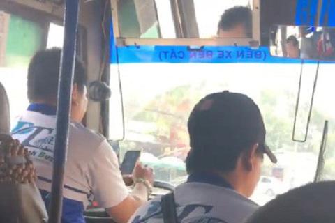 Tài xế vừa lái xe buýt, vừa lướt web khiến nhiều hành khách bức xúc