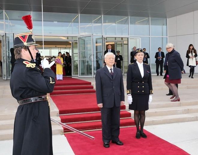 Tổng bí thư đến Paris, bắt đầu thăm chính thức CH Pháp