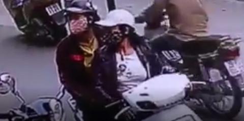 'Nữ quái' phá khóa cốp xe Vespa, trộm đồ nhanh như cắt