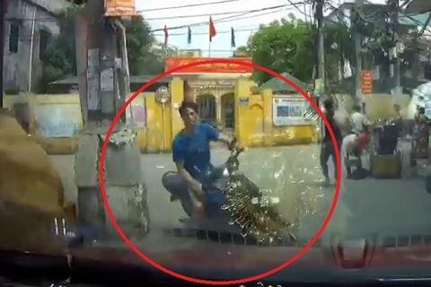 Cảnh báo 'thói quen' nguy hiểm khi đi xe máy mà nhiều người mắc