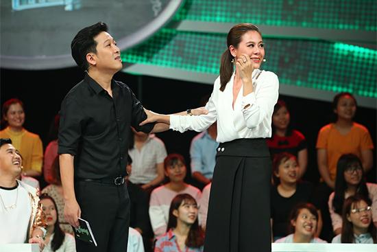 Trường Giang đã hết buồn tươi cười bên Hari Won