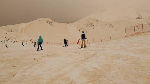 Xem tuyết màu cam bao phủ châu Âu