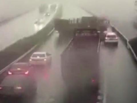 Xe tải ngược chiều rồi quay đầu khiến cả cao tốc gặp