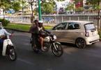 Nữ tài xế hồn nhiên lái ô tô ngược chiều trên đường Sài Gòn