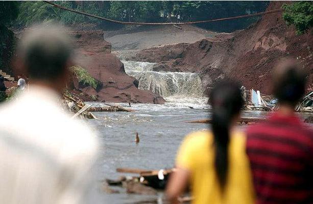 vỡ đập,đập Situ Gintung,Indonesia,ác mộng,sóng thần trên cạn,Ngày này năm xưa