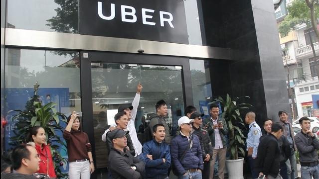 Uber bán mình cho Grab: Gom hết khách, 'bao sân' tha hồ tăng giá