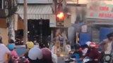 Cột điện bốc cháy khiến nhiều người hoảng sợ
