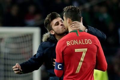 Nam CĐV lao xuống sân hôn Ronaldo