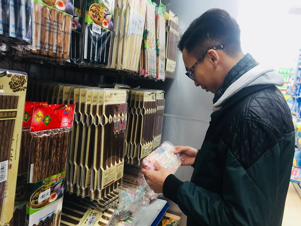 Người dùng cần lưu ý để tránh độc hại khi sử dụng đũa ăn một lần