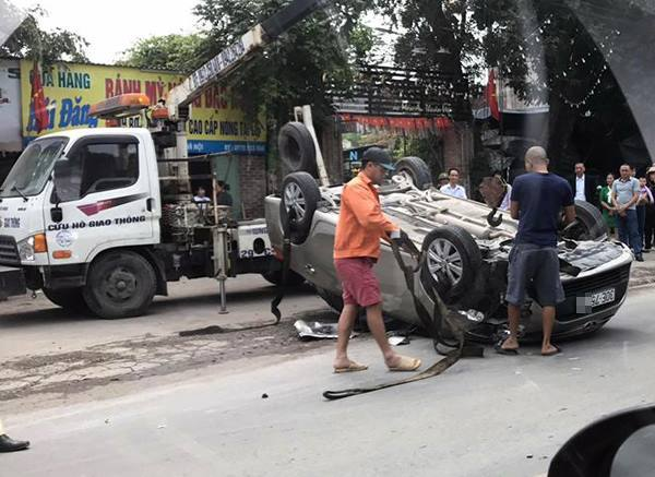 Hà Nội: Ô tô tông xe cùng chiều rồi phơi bụng giữa đường