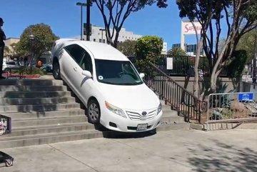 Xe Uber mắc kẹt trên cầu thang bộ vì lỗi ứng dụng chỉ đường
