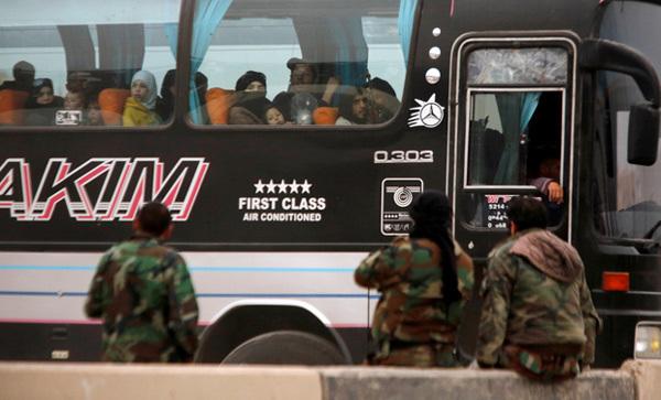 Cảnh người lũ lượt rời khỏi địa ngục trần gian Syria
