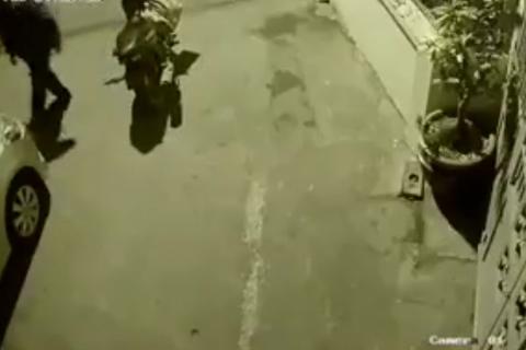 Trộm vác bao tải đi 'vặt' hàng loạt gương ô tô