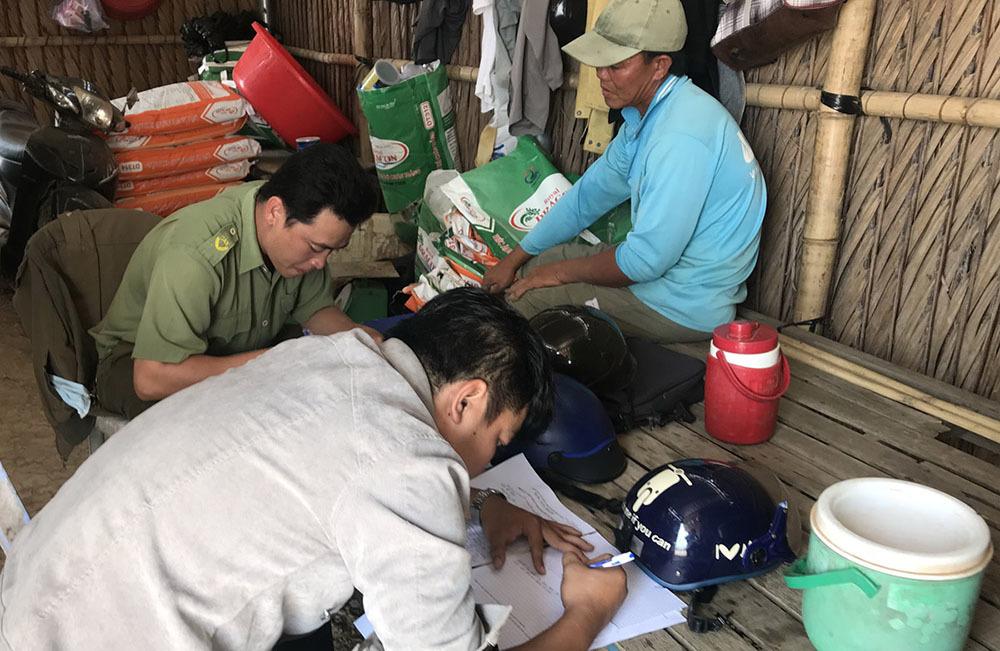 Triệu con tôm nuôi của nhà Phó ban Tuyên giáo huyện ủy bị đầu độc chết