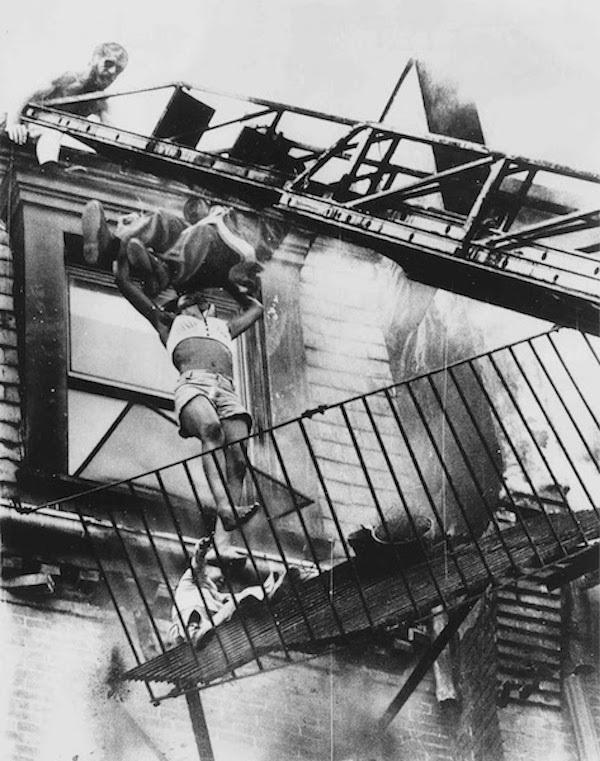 Bức ảnh hai mẹ con rơi từ chung cư đang cháy khiến người xem nhói lòng