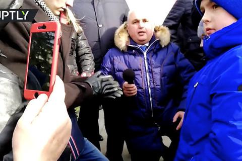 quan chức Nga quỳ gối xin dân tha thứ