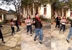 Cô giáo trẻ nhảy cực đáng yêu cùng học trò trên sân trường