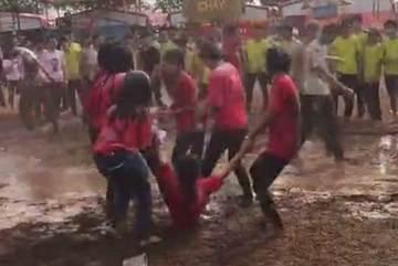 """Nhóm học sinh """"tắm bùn"""" trong ngày hội trại 26/3"""