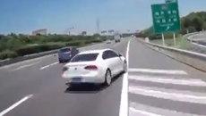 Nữ tài xế chuyển làn kiểu 'bất tử', bị đâm ép vào hàng rào
