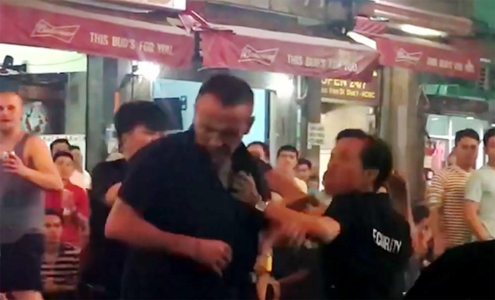 Khách Tây bị bảo vệ quán bar đánh ở phố đi bộ Bùi Viện