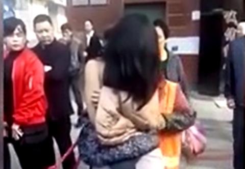 Sau khi bị phát hiện ăn trộm, cô gái lột đồ ăn vạ giữa đường