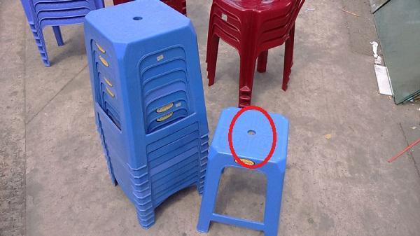 Lý do ghế nhựa luôn có một lỗ tròn ở giữa khiến ai nghe cũng gật gù