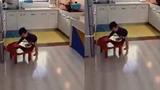 Tan chảy xem em bé làm việc nhà giúp mẹ