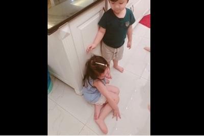 Con trai Elly Trần đốn tim người hâm mộ khi dỗ dành chị khóc nhè