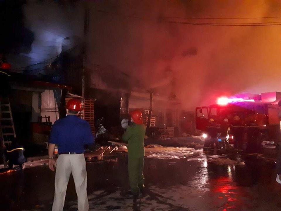 Cháy rực xưởng gỗ, thiêu rụi cả nhà dân ở Hải Phòng
