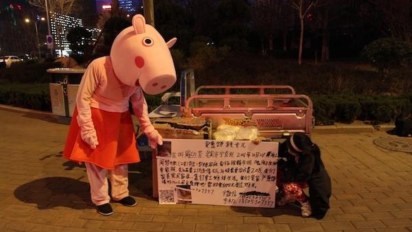 Câu chuyện sau lớp hoá trang của người đàn ông bán bánh kếp ở Trung Quốc