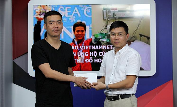 Báo VietNamNet trao tiền ủng hộ của độc giả cho cơ thủ Đỗ Hoàng Quân