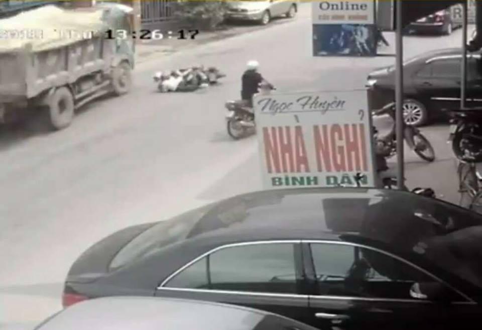 Video cú đánh lái ngoạn mục giữ mạng cho 2 nữ sinh