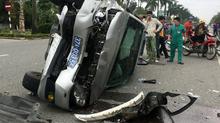Xe biển xanh húc xe bác sỹ, 3 người bắt taxi biến mất