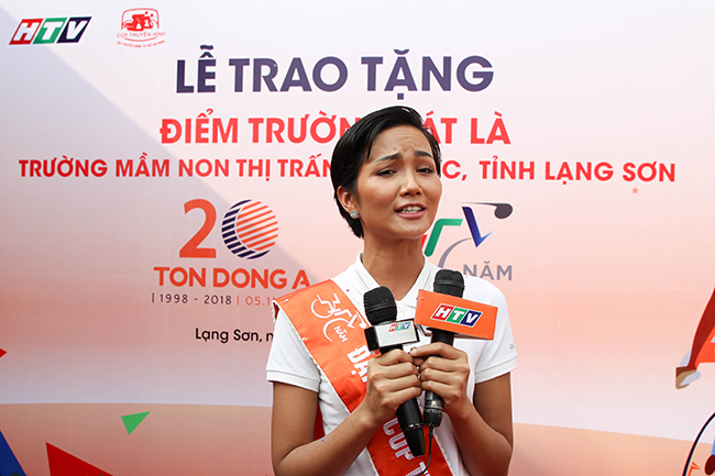 Hoa hậu H'Hen Niê xuống đường cổ vũ giải xe đạp TH TPHCM