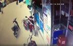 Dí dao khống chế phụ nữ, cướp điện thoại giữa ban ngày ở Sài Gòn